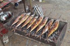 Piec na grillu rybi na ulicznym jedzenie rynku Zdjęcia Stock