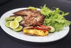 Piec na grillu rybi posiłek na talerzu. Zdjęcie Stock