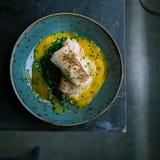 Piec na grillu rybi stek z warzywa naczyniem od restauracji obraz royalty free
