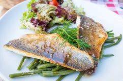 Piec na grillu rybi warzywa i owoce morza Obrazy Royalty Free