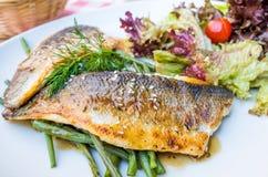 Piec na grillu rybi warzywa i owoce morza Obraz Royalty Free