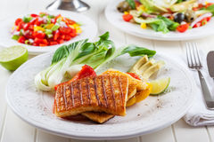Piec na grillu ser z salsa sałatką Zdjęcie Royalty Free