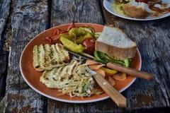 Piec na grillu ser z warzywami pieprze, pomidor, kapusta i chleb na talerzu na drewnianym stole w ogródzie -, Zdjęcie Stock