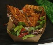 Piec na grillu serowa kanapka z mozzarellą, pomidorem i sałatką, obrazy stock