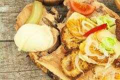 Piec na grillu serowy i wznoszący toast baguette Jarski grill Jedzenie przy przyjęciem fotografia royalty free