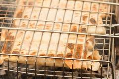 Piec na grillu Shawarma kurczaka rolka w pita z świeżymi warzywami Obrazy Stock