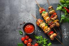 Piec na grillu shish kebab z warzywami na czerni Fotografia Royalty Free
