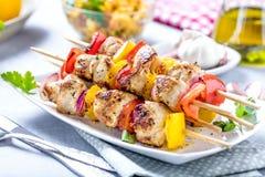 Piec na grillu skewers warzywa i mięso na stole zdjęcie stock
