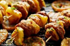 Piec na grillu skewers z ananasa i kurczaka mięsem z ziele na grilla talerzu Fotografia Royalty Free