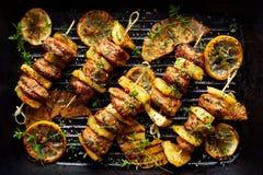 Piec na grillu skewers z ananasa i kurczaka mięsem z ziele na grilla talerzu Zdjęcia Royalty Free