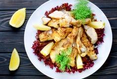 Piec na grillu smakowita i wyśmienicie ryba i nalewający z cytryna sokiem obraz stock