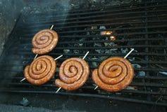 Piec na grillu staczać się kiełbasy Fotografia Royalty Free