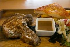 Piec na grillu stek Smażył wieprzowinę, układy scalonych i jarzynową sałatki, Zdjęcie Stock
