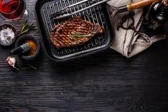 Piec na grillu stek Striploin na niecce i czerwonym winie Zdjęcia Stock