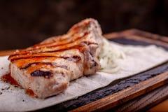 Piec na grillu stek z francuzów warzywami i dłoniakami słuzyć na czerń kamieniu na drewnianym stole z czerwonym kumberlandem obraz stock