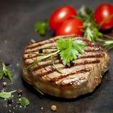 Piec na grillu stek z ziele i pomidorami Obraz Stock