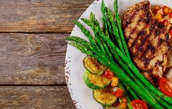 Piec na grillu stki, frytki i asparagus na bielu talerzu, obrazy royalty free