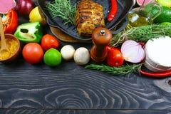 Piec na grillu stki z świeżymi ziele i warzywami na ciemnym tle Odgórny płaski widok knedle tła jedzenie mięsa bardzo wiele Czarn zdjęcia royalty free