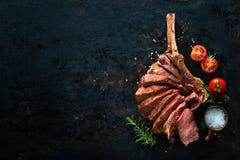 Piec na grillu suchy starzejący się tomahawka stek pokrajać w górę jak zdjęcia stock