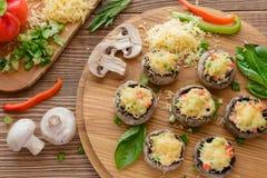 Piec na grillu szampinion z pieprzem i białym mięsem Obraz Stock