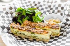 Piec na grillu szparagowego & Parmezańskiego sera quiche z zieleniami Obraz Royalty Free