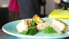 Piec na grillu szpinaki na błękitnym talerzu i łosoś zdjęcie wideo