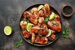 Piec na grillu teriyaki kurczaka skrzydła z czarnym wapnem i sezamem wierzchołek vi fotografia stock