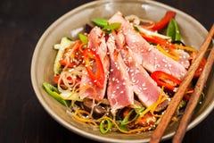 Piec na grillu tuńczyka i azjata ryżowi szklani kluski z warzywami Fotografia Stock