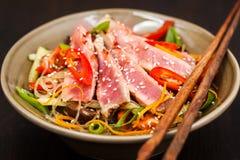 Piec na grillu tuńczyka i azjata ryżowi szklani kluski z warzywami Zdjęcia Stock