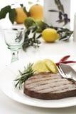 Piec na grillu tuńczyka stek na talerzu, zakończenie Obraz Royalty Free