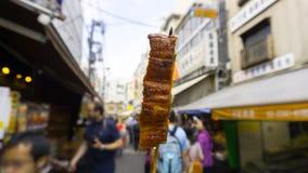 Piec na grillu węgorzowy kij sprzedawał przy Tsukiji rybim rynkiem przy Tokio, Japonia Fotografia Royalty Free
