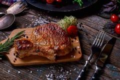 Piec na grillu warzywa na nieociosanym drewnianym stole i mięso Fotografia Stock