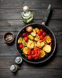 Piec na grillu warzywa w niecce zdjęcie stock