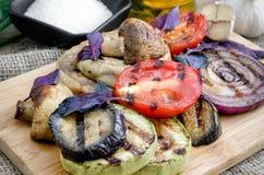 Piec na grillu warzywa z basilem na tnącej desce Obrazy Stock