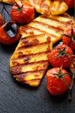 Piec na grillu warzywa z halloumi serem na czarnym tle Fotografia Stock