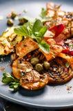 Piec na grillu warzywa z kurczakiem i świeżymi ziele Fotografia Royalty Free