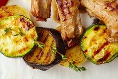 Piec na grillu warzywa z tymiankowymi i jagnięcymi kotlecikami obrazy stock