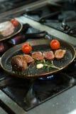 Piec na grillu warzywo z kaczki piersią podczas kucharstwa Fotografia Stock