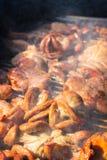 Piec na grillu wieprzowin jelita z dymem na piecowym węglu drzewnym zdjęcia royalty free