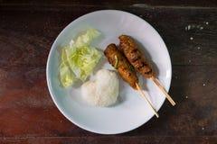Piec na grillu wieprzowina i kierowi kleiści ryż z kapustą na drewno stole Obraz Royalty Free