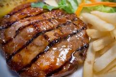 Piec na grillu wieprzowina kotlecików stek na bielu talerza zakończeniu w górę wizerunku Zdjęcie Stock