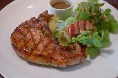 Piec na grillu wieprzowina kotleciki z słodkim i korzennym salsa zdjęcie stock