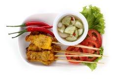 Piec na grillu wieprzowina satay z kumberlandem na półkowym Tajlandzkim jedzeniu Zdjęcie Stock