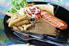 Piec na grillu wieprzowina stek i kiełbasy Obrazy Royalty Free