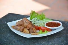Piec na grillu wieprzowina szaszłyk z sałatką na talerzu Fotografia Stock