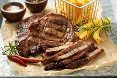 Piec na grillu wieprzowina z francuskimi dłoniakami fotografia royalty free