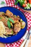 Piec na grillu wieprzowina ziobro z jabłkami, przycinają i bulgur Zdjęcie Stock
