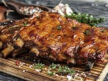 Piec na grillu wieprzowina ziobro z kumberlandem na tnącej desce, pikantność, marynata, zbliżenie obraz royalty free