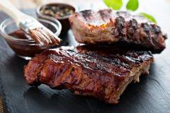 Piec na grillu wieprzowiny dziecka ziobro z bbq kumberlandem fotografia stock