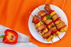 Piec na grillu wieprzowiny mięso z kawałkami kukurydzani cobs Fotografia Stock